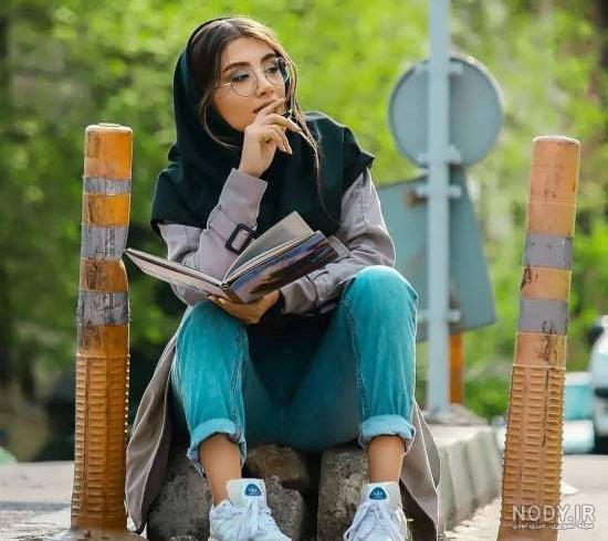 ژست عکس کتاب خواندن